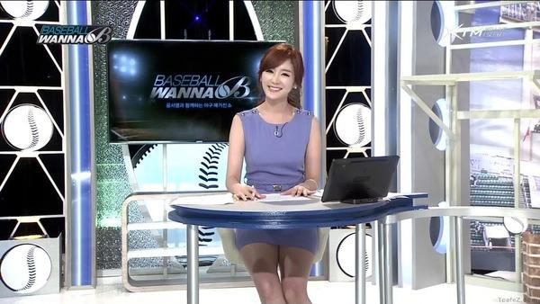 韓国のエロい美人女子アナのミニスカパンチラ (22)