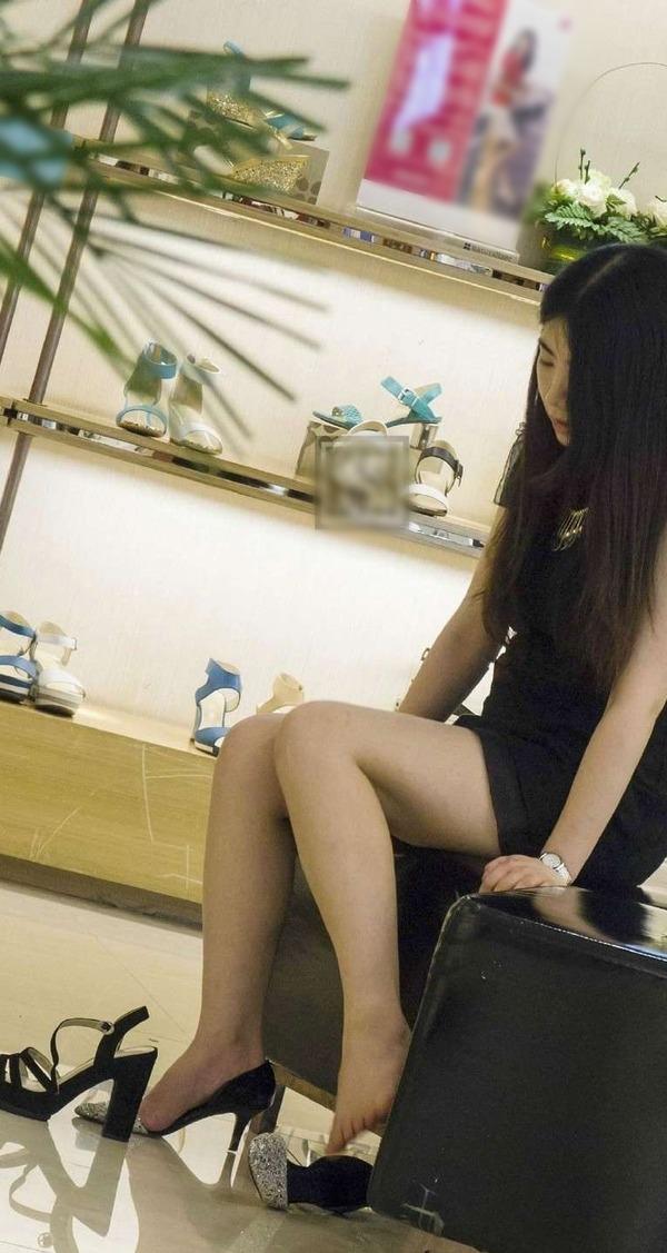 靴屋さんの店内盗撮!!ミニスカ女性の・・・ (5)