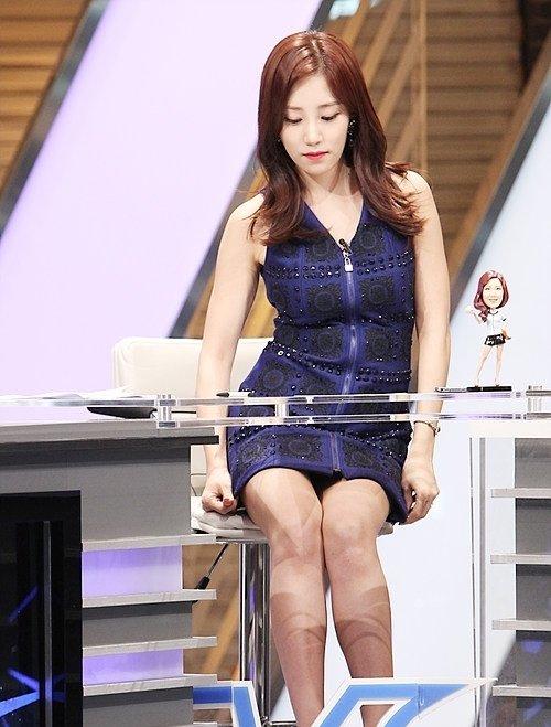 韓国のコン・ソヨンを含む女子アナ美脚パンチラ画像集 (29)