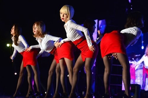 AOAのタイトスカートのスリットエロ画像 (1)