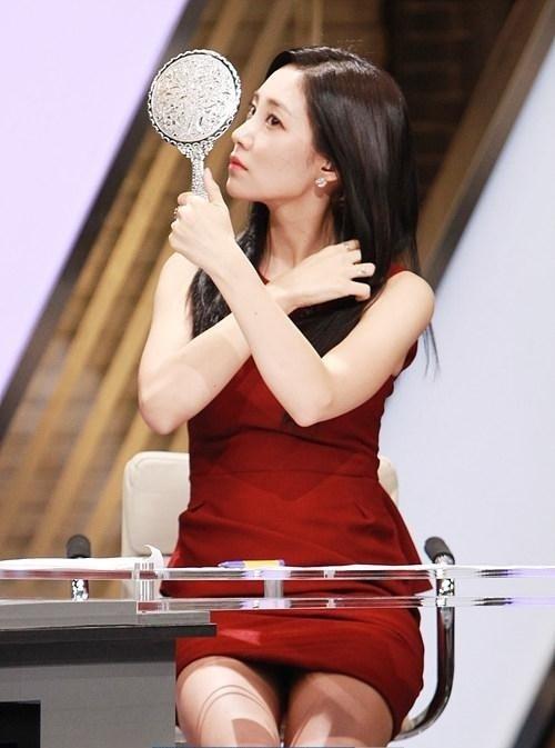韓国のコン・ソヨンを含む女子アナ美脚パンチラ画像集 (26)