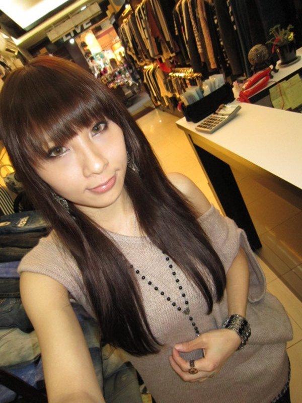 アパレル店勤務の女性がお仕事中の姿を自画撮り写メ公開 (4)