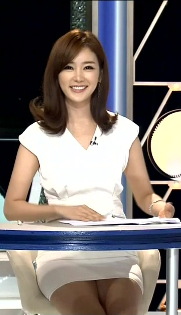 韓国のエロい美人女子アナのミニスカパンチラ (6)
