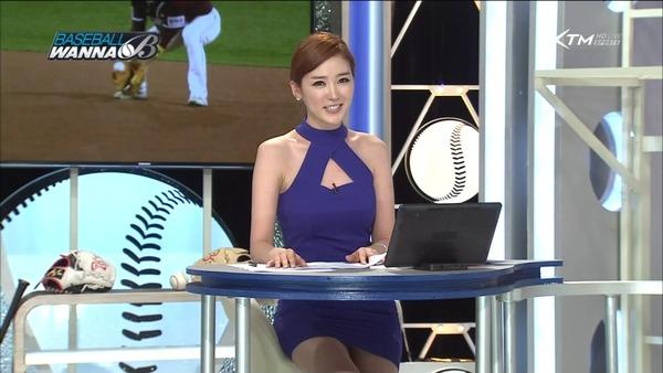 韓国のエロい美人女子アナのミニスカパンチラ (3)