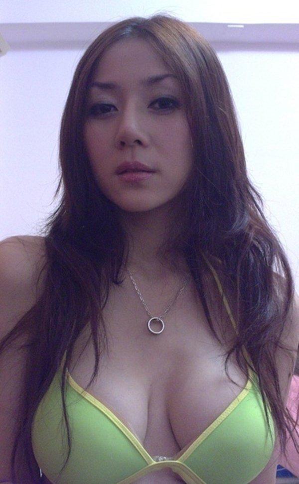 人気ナンバーワン美魔女のセルフタイマー写メ (3)