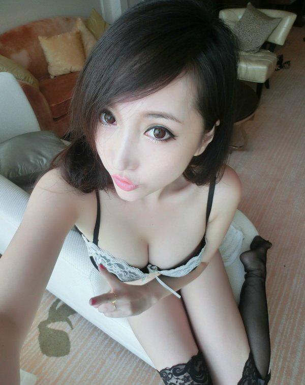 美人妻の自撮り写メ (1)