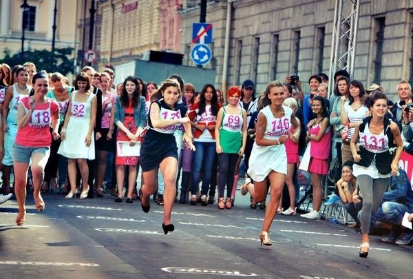 ロシアの生足エロ美女イベント (5)
