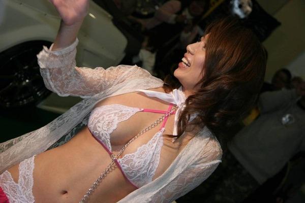 巨乳過ぎるコンパニオンの誘惑胸チラ (11)