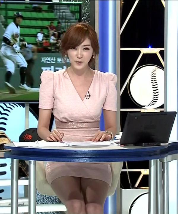 韓国のエロい美人女子アナのミニスカパンチラ (10)