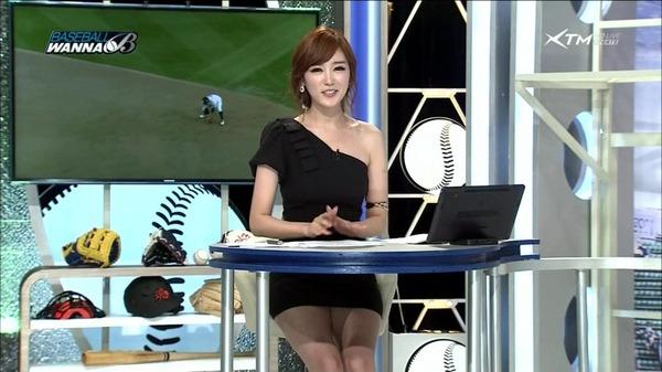 韓国のエロい美人女子アナのミニスカパンチラ (11)