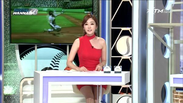 韓国のエロい美人女子アナのミニスカパンチラ (26)