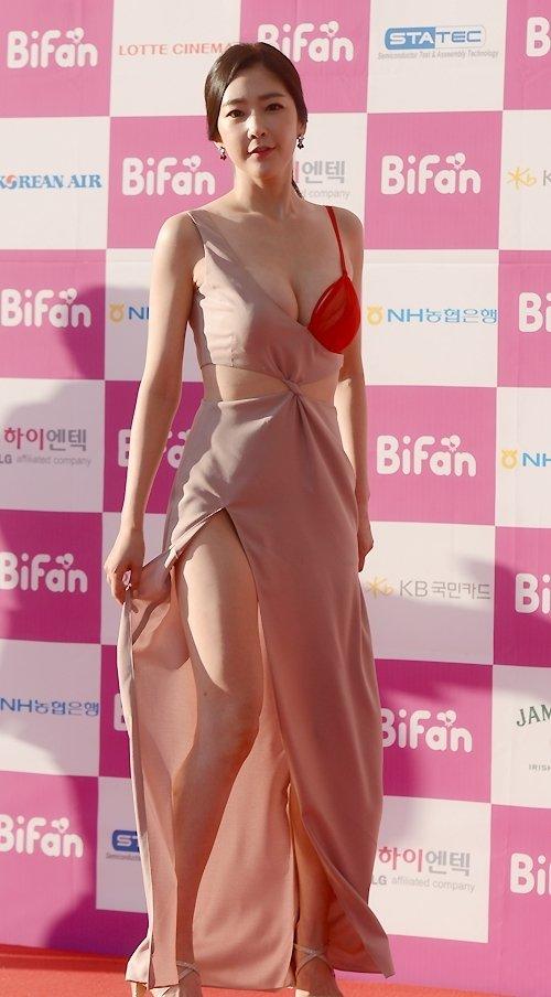 半乳ポロリ的な激エロドレスを披露した韓国の女優 (16)
