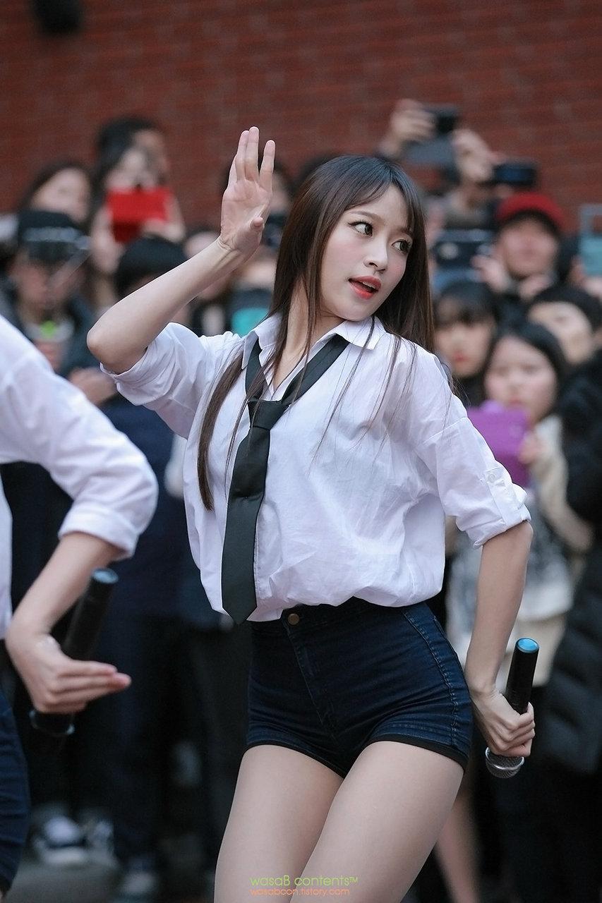 (K-POP色っぽいユニット特集)EXIDの艶めかしいショートパンツコスチューム姿のえろ写真①
