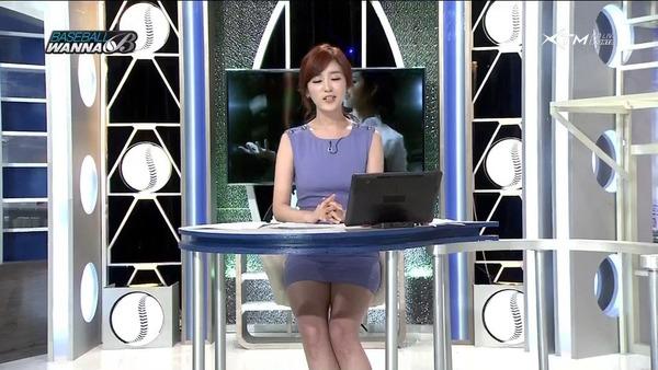 韓国のエロい美人女子アナのミニスカパンチラ (23)
