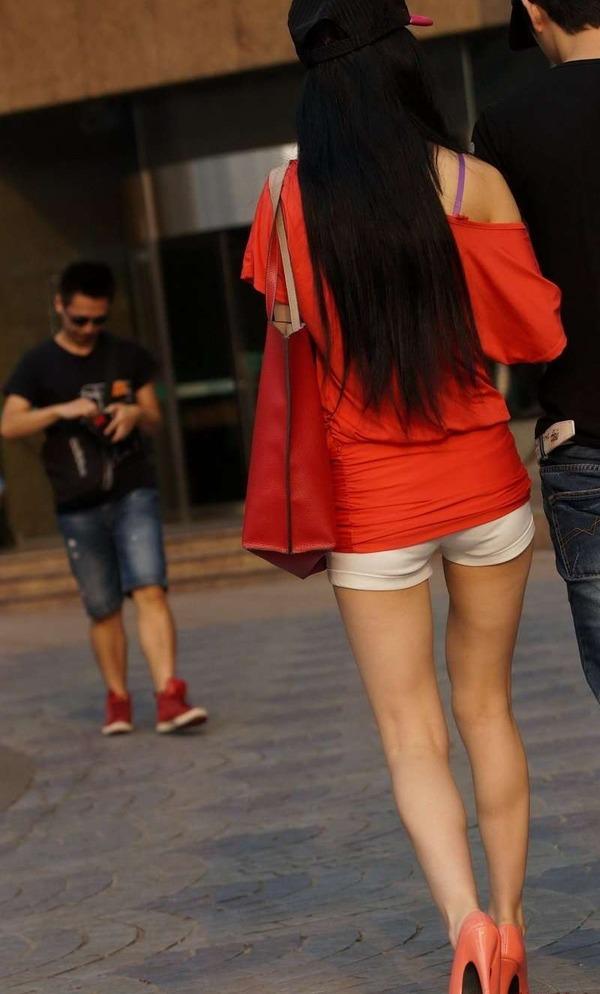 いやらしいホットパンツ姿のエロ美脚女性 (5)