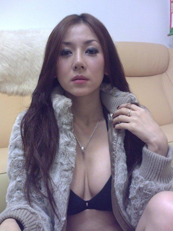 人気ナンバーワン美魔女のセルフタイマー写メ (4)