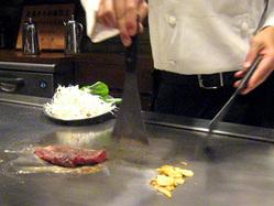 神戸牛ステーキランドのカウンターで焼く