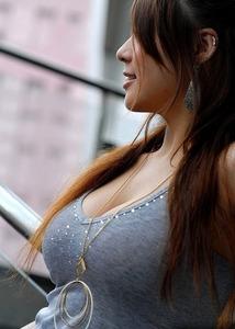 服を着ていても目立つ巨乳の女の子のエッチな画像Part3