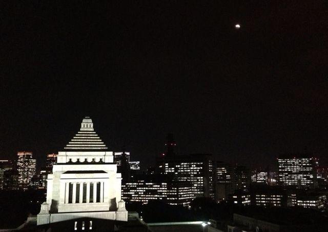 141009国会議事堂と皆既月食