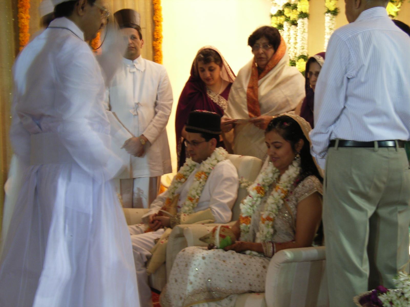 彼はインドでも珍しいゾロアスター教徒で、お嫁さんは多数派のヒンズー教徒。土曜日の夜ゾロアスター式で行い、日曜日の今日ヒンズー式で両方行う。