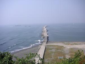 灯台から防波堤を臨む