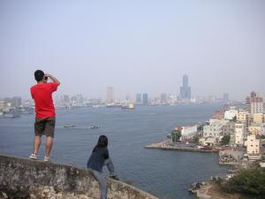 灯台から高雄港を臨む