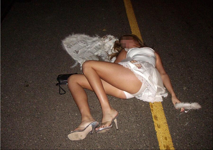 【画像28枚】お酒飲み過ぎて泥酔しちゃって、エラい恰好で酔い潰れて寝てる素人ちゃんww