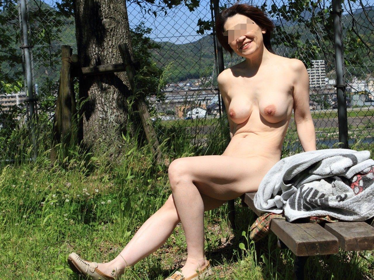 【野外露出エロ画像】強すぎる自己顕示欲が暴走…真っ昼間から野外で裸になる素人の野外露出画像