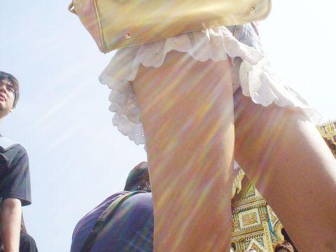 【ミニスカローアングルエロ画像】古典的だけど…パンチラ見るならyっぱりこの角度!!ミニスカ娘のローアングルエロ画像