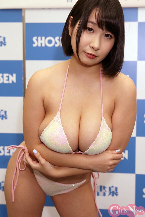 Jカップグラドル桐山瑠衣が11年ぶりの写真集を爆乳見せながらPRしてたぞ!