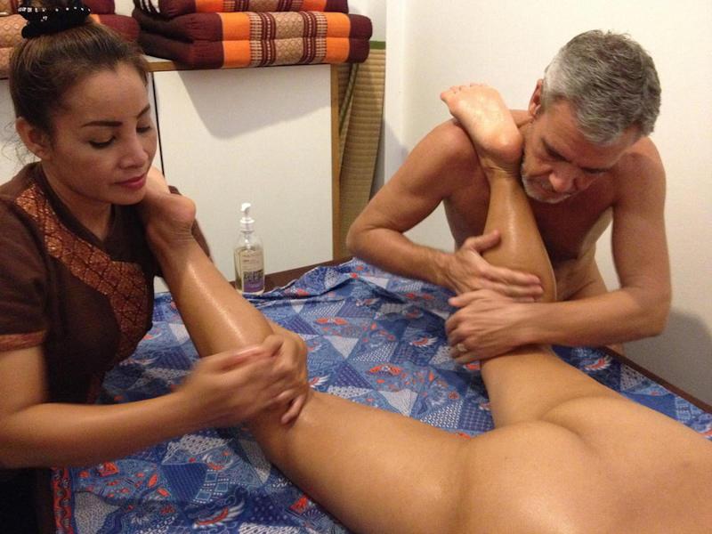 全裸マッサージを受ける外国人のエロ画像