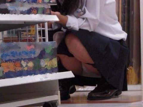 買い物に夢中でパンチラしてることに気づいてない女の子…自覚のないパンチラがめちゃくちゃエロい店内盗撮画像