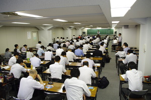 (7)教室受講風景�(大教室後方)