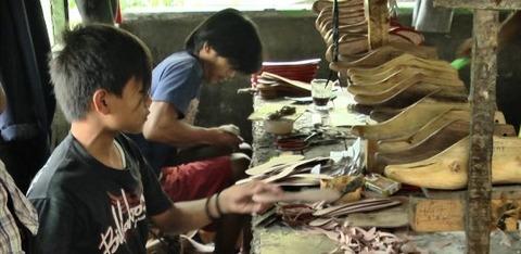 demung-peri-pembuat-sepatu