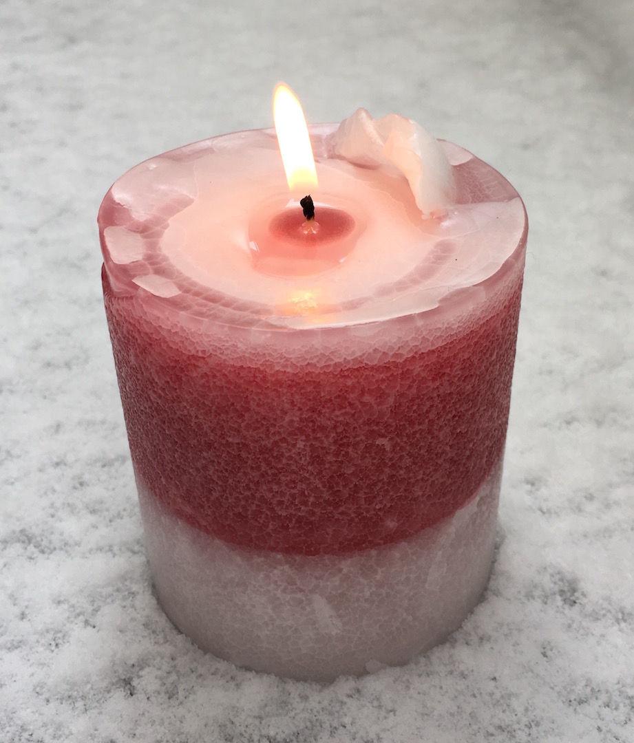 雪と紅白の蝋燭