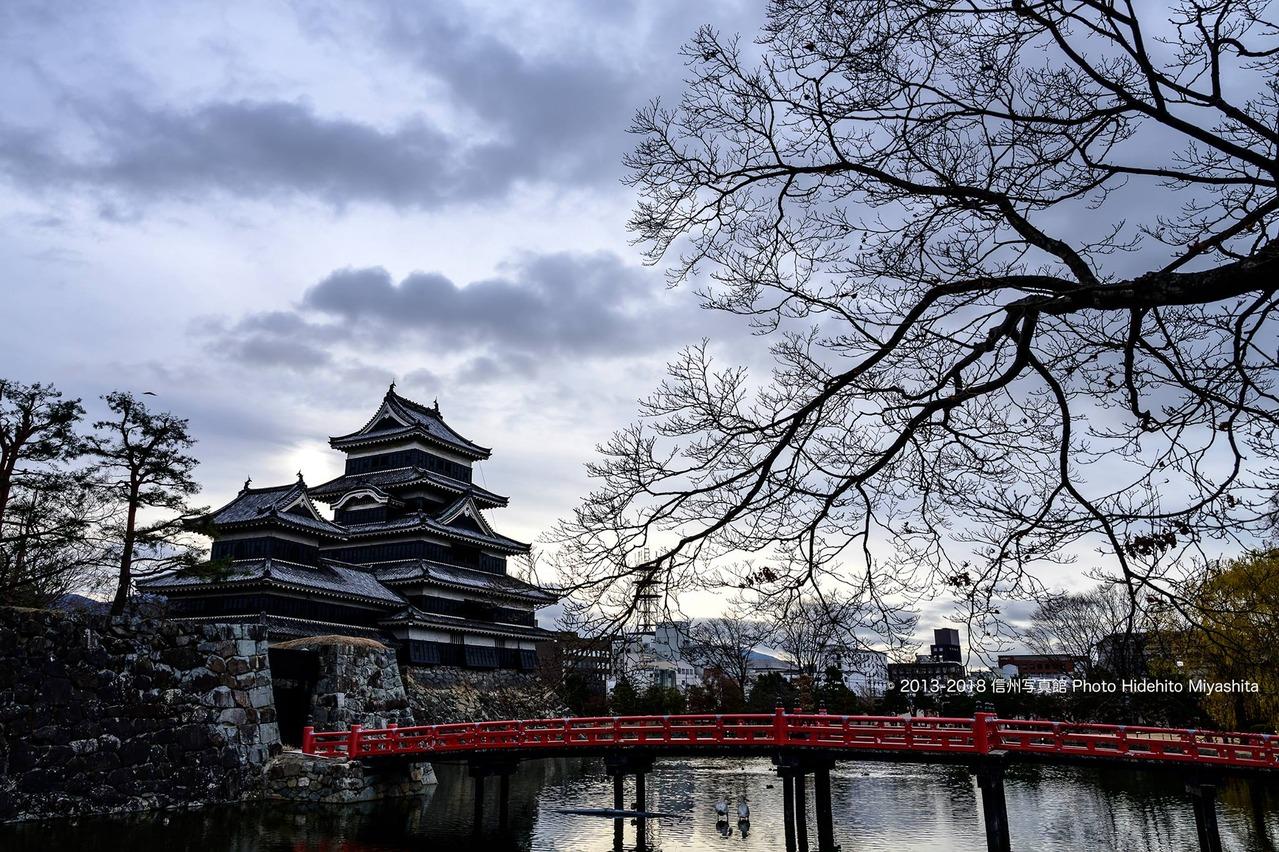 冷え込んだ朝の松本城