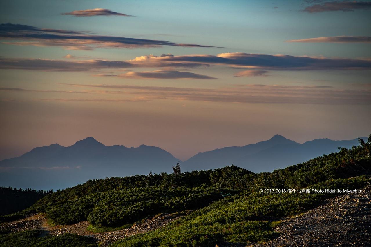 朝の甲斐駒ヶ岳と北岳