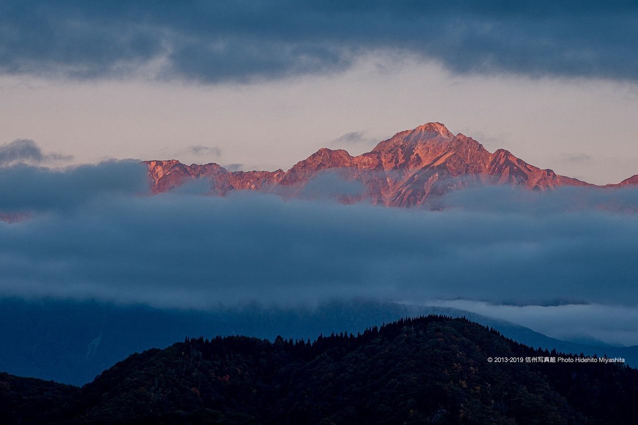 雲に浮かぶ五竜岳