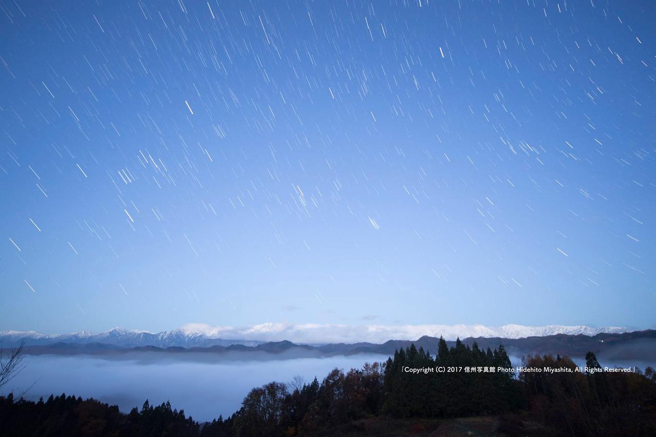 明けゆく空に残る星々