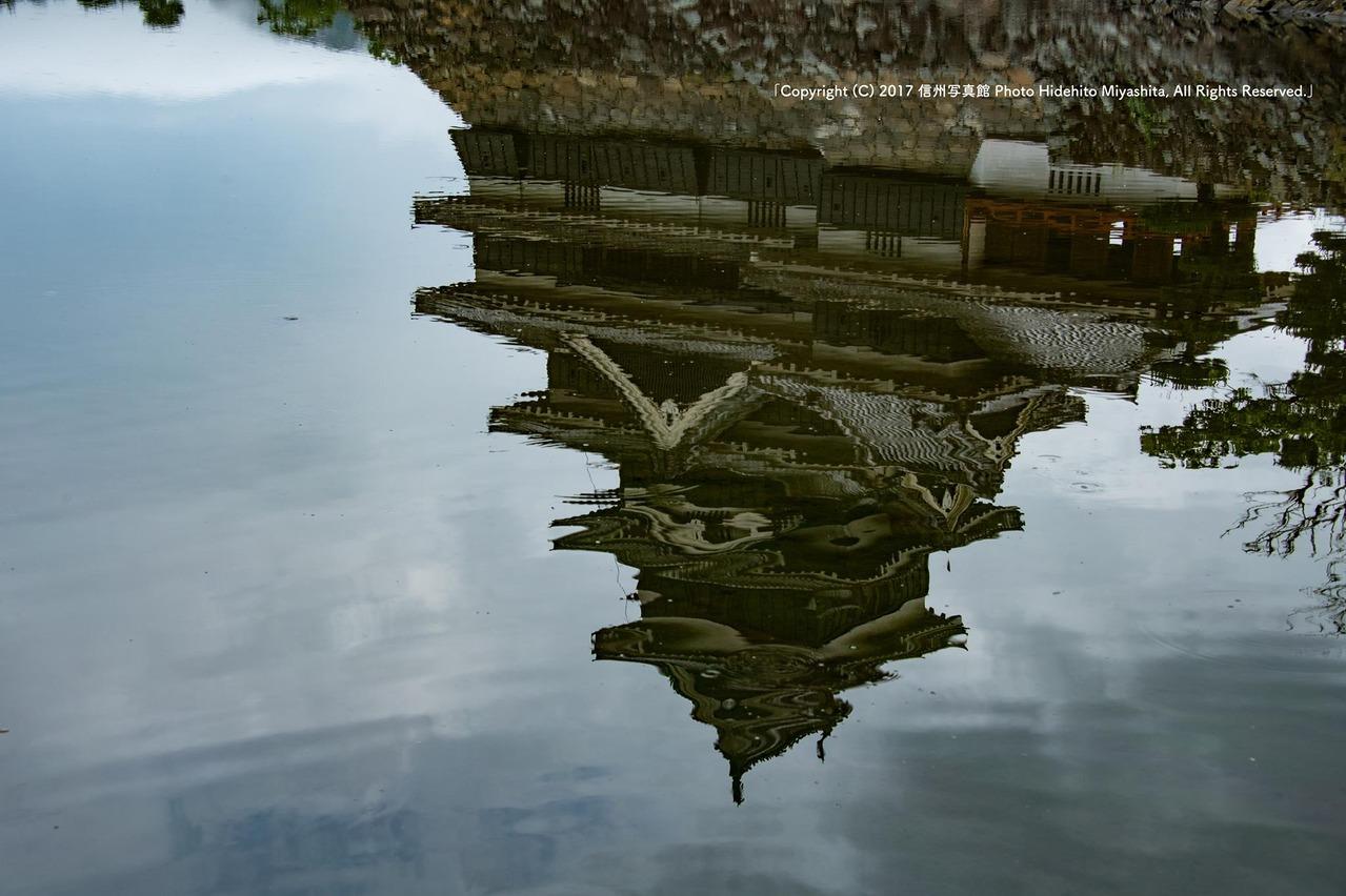 揺らめく松本城