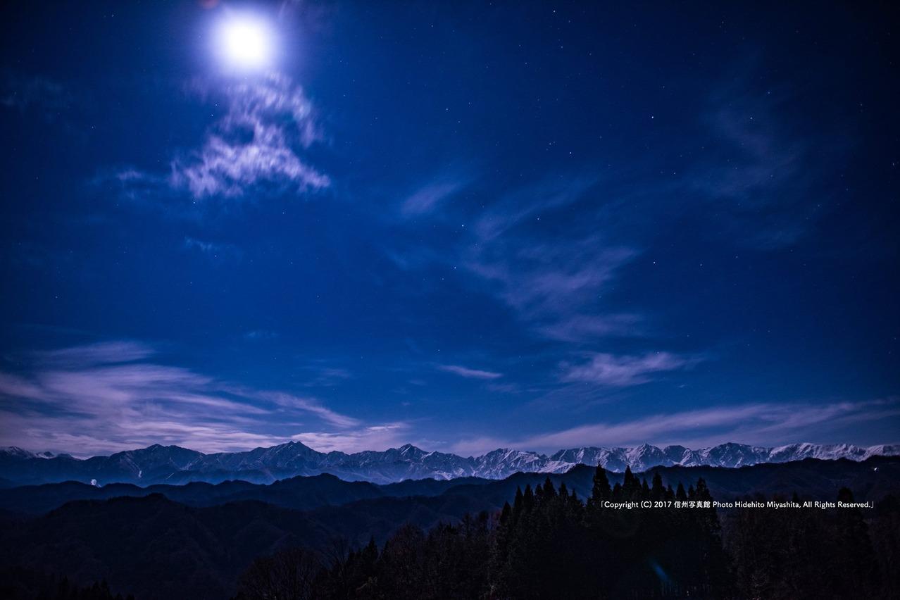 月光で浮かび上がる後立山連峰
