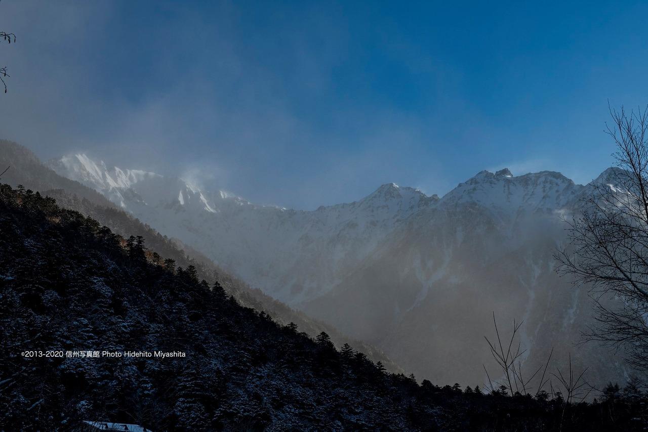 雲に覆われた穂高連峰