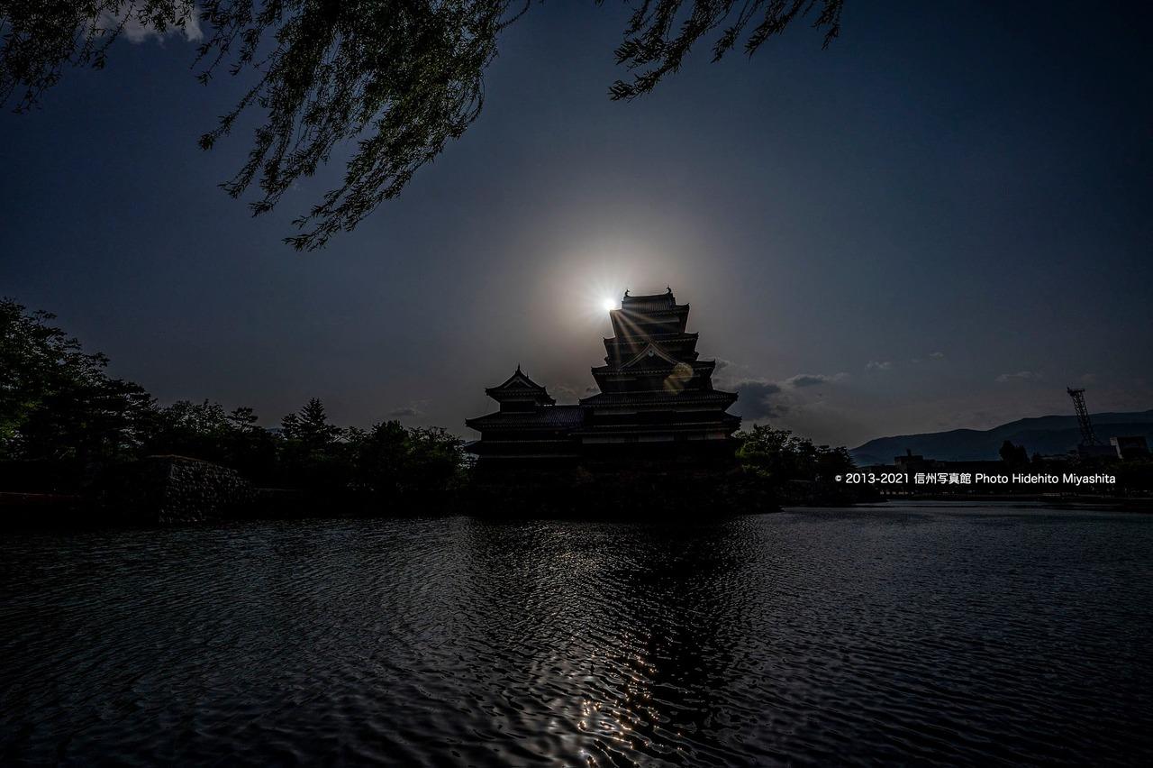 逆光の松本城