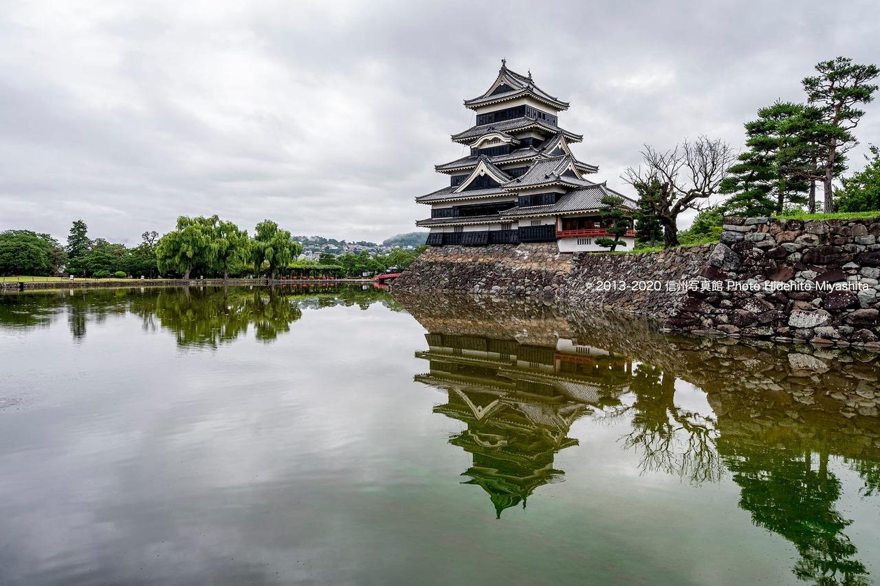 雨上がりの松本城