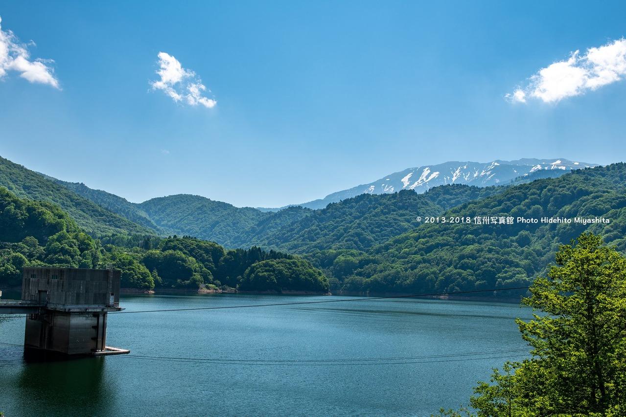 有峰湖より望む薬師岳