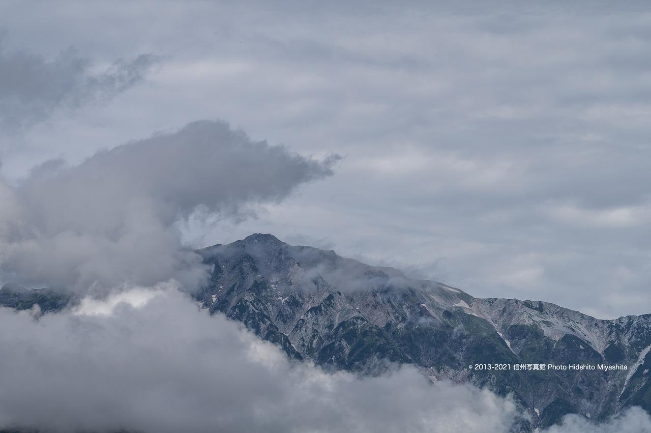 雲に飲み込まれそうな白馬岳20210821-DSC_7857