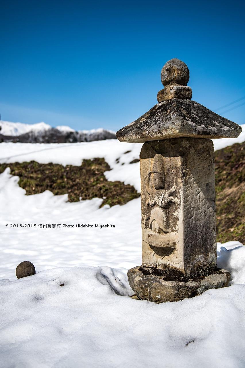 静かな場所に佇む石仏