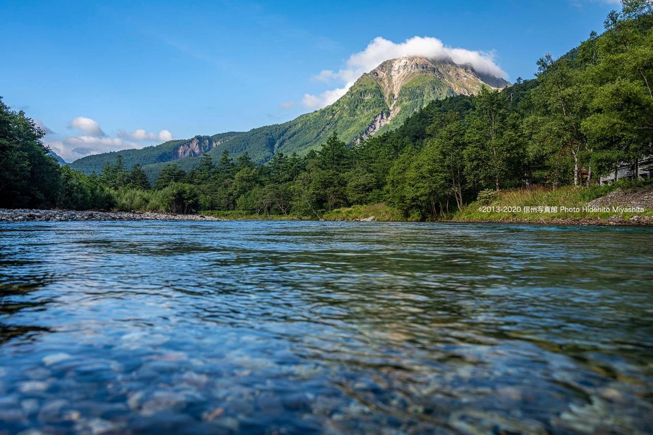 梓川越しに望む焼岳
