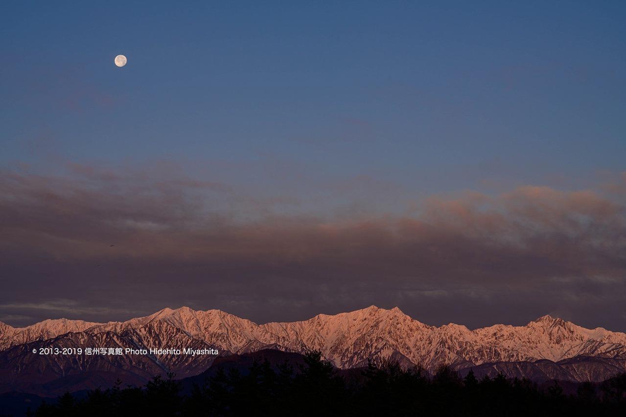 染まる仁科三山と浮かぶ月