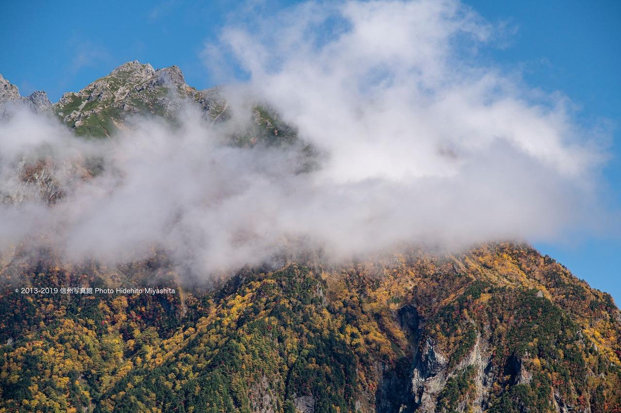 雲と黄葉の明神岳